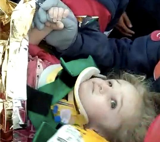 Σμύρνη: 3χρονο κοριτσάκι ανασύρθηκε ζωντανό μετά από 65 ώρες! Συγκλονιστικές οι εικόνες που κρατά σφιχτά το δάχτυλο του διασώστη