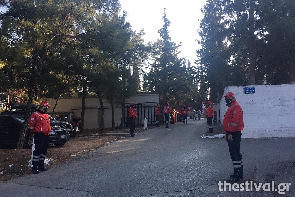 Θεσσαλονίκη: Ρίγη συγκίνησης στο τελευταίο αντίο στον Σάκη Σωτηράκη (Βίντεο)