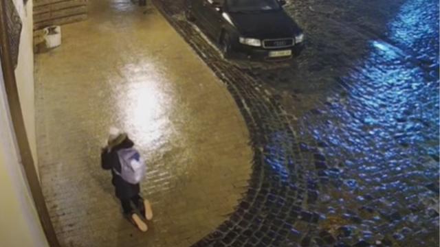 Ουκρανία: Viral η απεγνωσμένη μάχη γυναίκας να διασχίσει παγωμένο πεζοδρόμιο (Βίντεο)