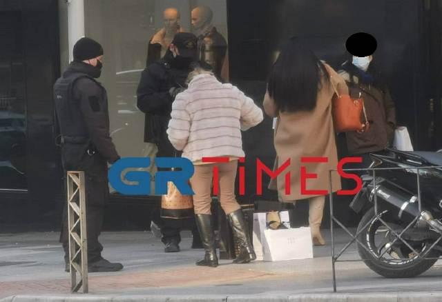 Θεσσαλονίκη: Ουρές στα καταστήματα – Κόσμος διψασμένος για αγορές(Εικόνες)