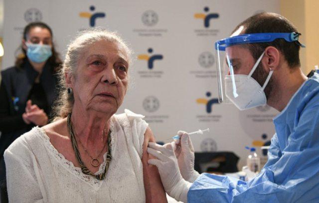 Εμβολιασμοί: Ποιοι παίρνουν σειρά να σηκώσουν τα μανίκια – Ανοίγει σήμερα η πλατφόρμα για τους 80ρηδες