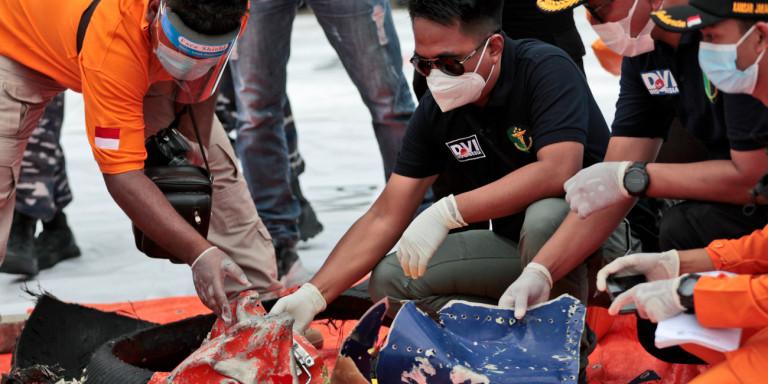 Συντριβή αεροσκάφους στην Ινδονησία: Βρέθηκαν συντρίμμια και ανθρώπινα μέλη