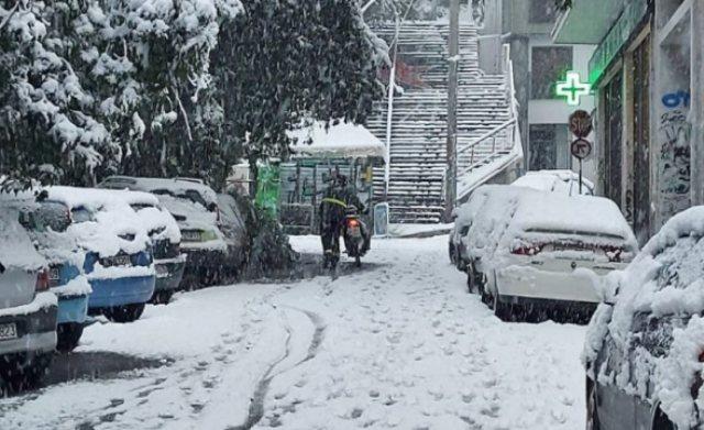 Απίστευτη φωτογραφία: Ντελιβεράς ανεβάζει με τα χέρια το μηχανάκι μεσ' τα χιόνια(Εικόνα)