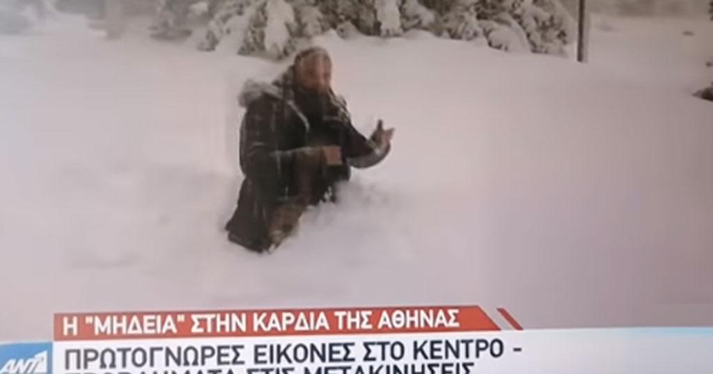Ρεπόρτερ του ANT1 περπατάει στα γόνατα για να δείξει το ύψος του χιονιού
