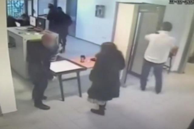 Βίντεο ντοκουμέντο από τις φυλακές Νιγρίτας: Έτσι «προμήθευε» τους κρατούμενους η κοινωνική λειτουργός(Βίντεο)