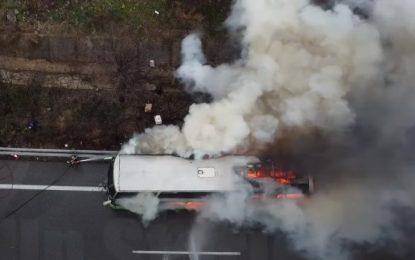 ΚΤΕΛ τυλίγεται στις φλόγες στην Εθνική Οδό Αθηνών-Λαμίας