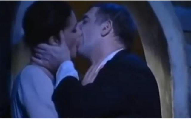 Όταν ο Πέτρος Φιλιππίδης φιλούσε με πάθος την Άννα Μαρία Παπαχαραλάμπους στη σκηνή(Βίντεο)
