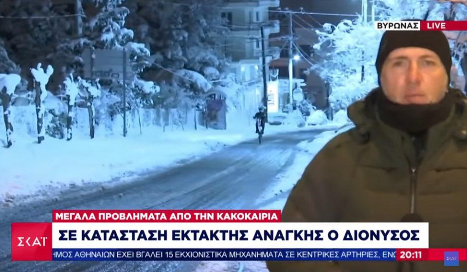 Βύρωνας: Έκανε σούζες στα χιόνια, πίσω από δημοσιογράφο που ήταν live στο δελτίο του ΣΚΑΪ
