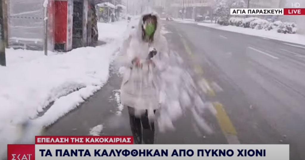 Πέταξαν χιονόμπαλα στο πρόσωπο ρεπόρτερ του ΣΚΑΪ σε ζωντανή σύνδεση