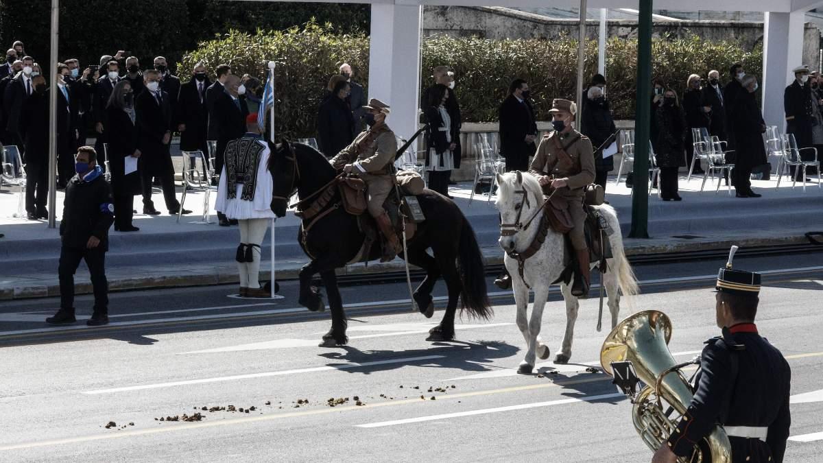Viral το άλογο που αφόδευσε μπροστά στους επίσημους