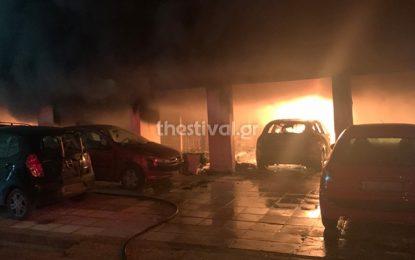 Θεσσαλονικη: Πύρινη κόλαση από εμπρησμό σε πολυκατοικία – Κάηκαν 12 οχήματα, κινδύνευσαν ζωές(Εικόνες&Βίντεο)