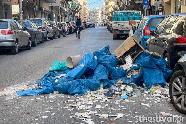 Θεσσαλονίκη: Φορτηγό πέταξε τα μπάζα στη μέση του δρόμου (Εικόνα)