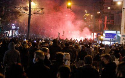 «Πόλεμος» στη Νέα Σμύρνη: Πολιορκούν το Αστυνομικό Τμήμα, μολότοφ και χημικά -Τραυματίας αστυνομικός