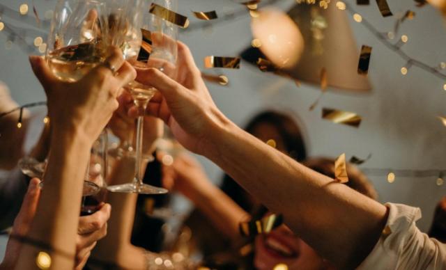 Θεσσαλονίκη: Νοίκιασε διώροφη βίλα και έκανε κορωνοπάρτυ – 3.000 ευρώ πρόστιμο