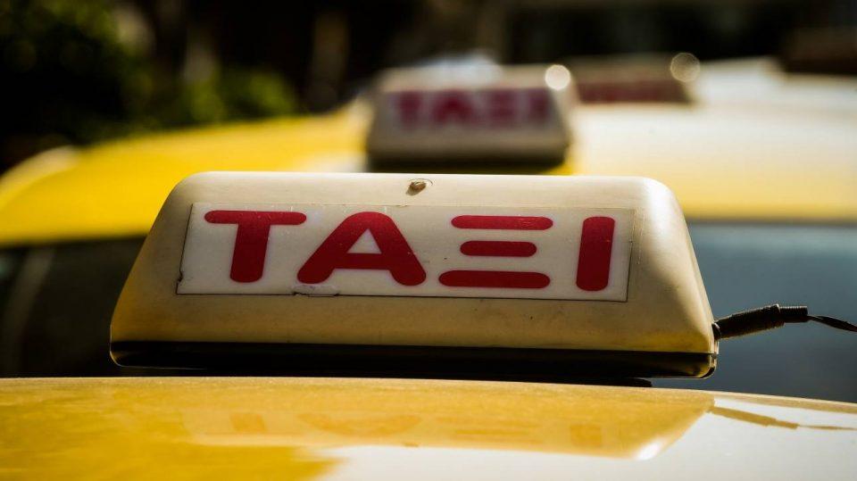 Πώς ένας ταξιτζής έκλεβε επιβάτες – Τους έλεγε να πληρώσουν με κάρτες και έπαιρνε τα PIN
