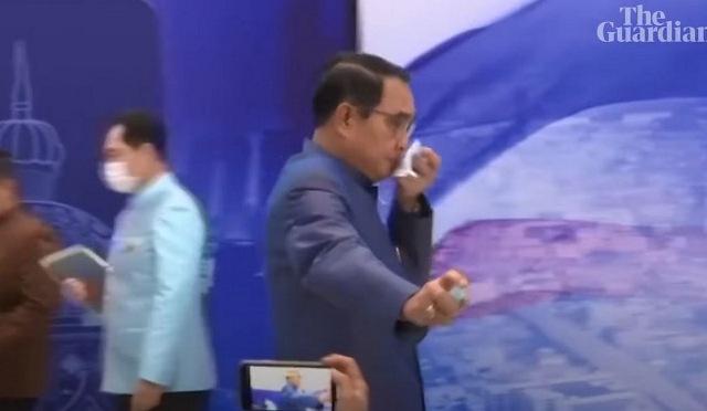 Απίστευτο σκηνικό: Ο πρωθυπουργός της Ταϊλάνδης ψέκασε δημοσιογράφους με αντισηπτικό(Βίντεο)