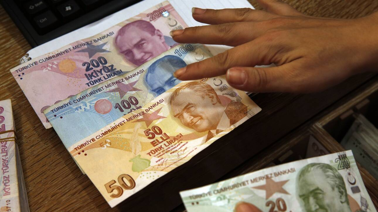 Σε ελεύθερη πτώση η τουρκική λίρα μετά το «ξήλωμα» του διοικητή της κεντρικής τράπεζας