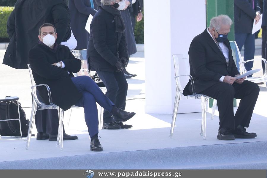 Ξεπάγιασε ο Τσίπρας στην παρέλαση…