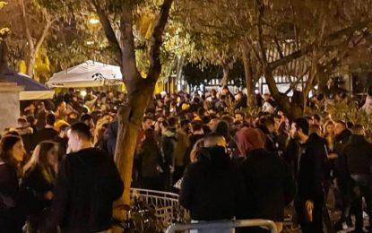 «Κορωνοπάρτι» στις πλατείες: Η ΕΛΑΣ «σηκώνει τα χέρια ψηλά», σκέψεις για πρόωρο άνοιγμα της εστίασης