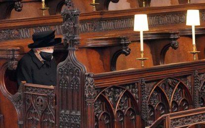 Φίλιππος: Συντετριμμένη η βασίλισσα Ελισάβετ στην κηδεία του πρίγκιπά της (Εικόνες)