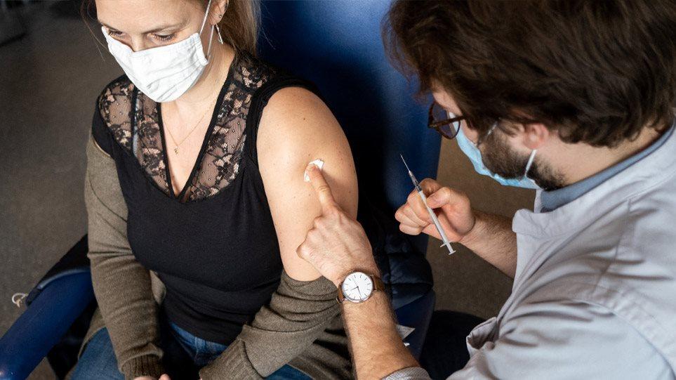 Κορωνοϊός: Η Ελληνίδα που ταξίδεψε από τη Γερμανία στην Ελλάδα για να κάνει το εμβόλιο
