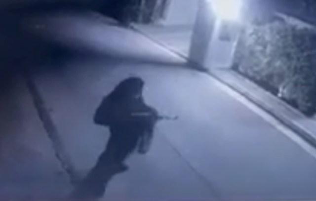 Μένιος Φουρθιώτης: Η στιγμή που άγνωστος πυροβολεί το σπίτι του(Εικόνες&Βίντεο)