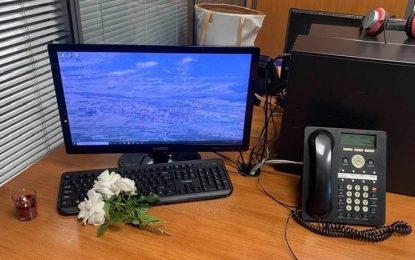 «Ραγίζει καρδιές» συνεργάτιδα του Καραϊβάζ: «Από σήμερα μόνη, σε ένα γραφείο με μια άδεια καρέκλα»
