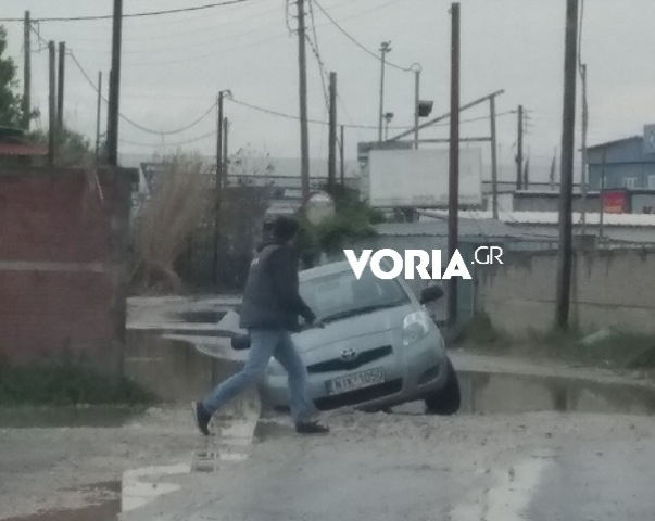 Θεσσαλονίκη: Λακκούβα σε δρόμο στη Λαχαναγορά «ρούφηξε» αυτοκίνητο!(Εικόνες)