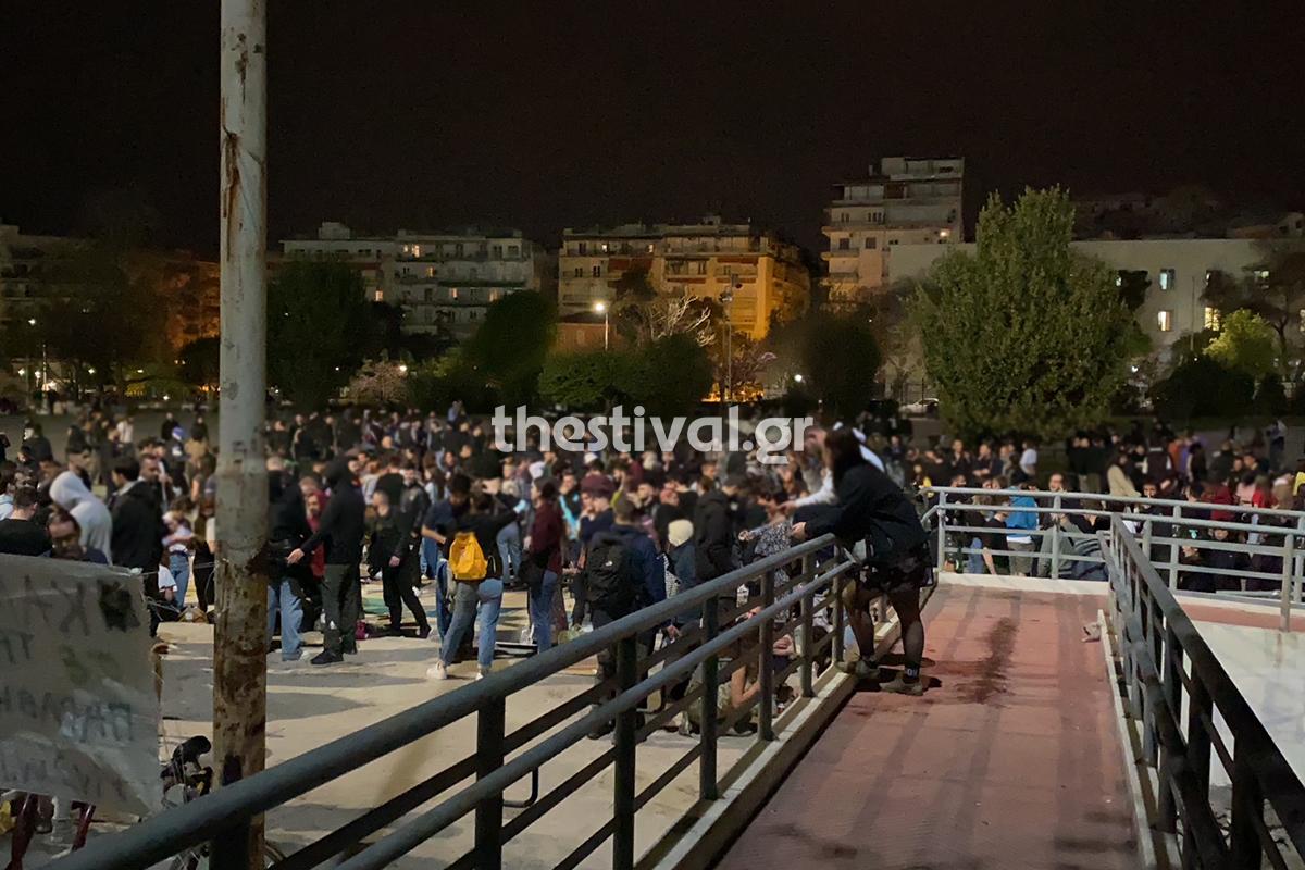 Θεσσαλονίκη: Κορωνοπάρτι στην πλατεία Χημείου του ΑΠΘ -Πάνω από χίλια άτομα χωρίς μάσκες (Βίντεο)