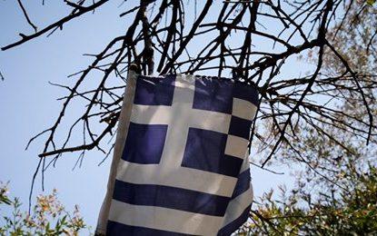 Θέρμη: Μαθητές κατέβασαν και έσκισαν την ελληνική σημαία