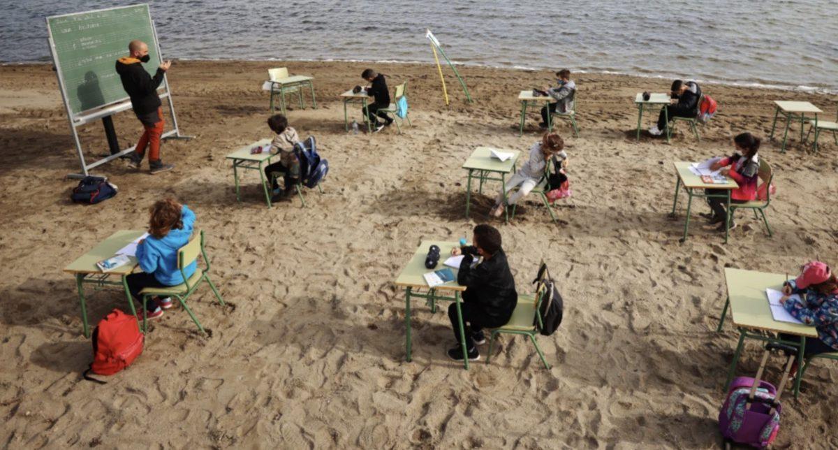 Ισπανία: Δημοτικό σχολείο κάνει μάθημα στην παραλία
