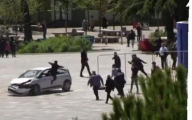 Τύφλα να'χει ο Spiderman: Αλβανός πηδάει μέσα σε αυτοκίνητο από το παράθυρο(Βίντεο)