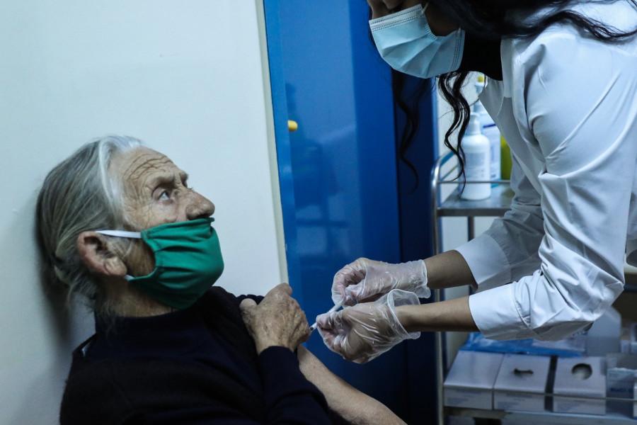 Μεγάλη απροθυμία των Ελλήνων άνω των 50 ετών να εμβολιαστούν – Τι γίνεται στην υπόλοιπη Ευρώπη