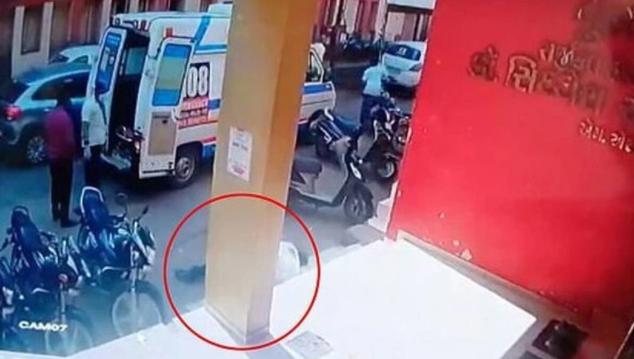 Ινδία: Νοσηλευτής παθαίνει ανακοπή πριν μεταφέρει ασθενή με κορονοϊό
