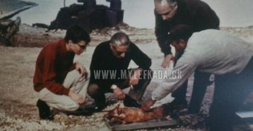 Όταν ο Ωνάσης με τον γιο του έκοβαν το αρνί του Πάσχα στον Σκορπιό