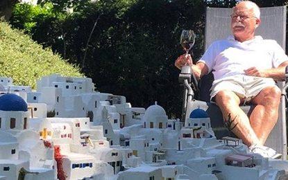 Ο Ολλανδός που λαχταρά την Ελλάδα δημιουργεί μινιατούρα της Σαντορίνης στον κήπο του